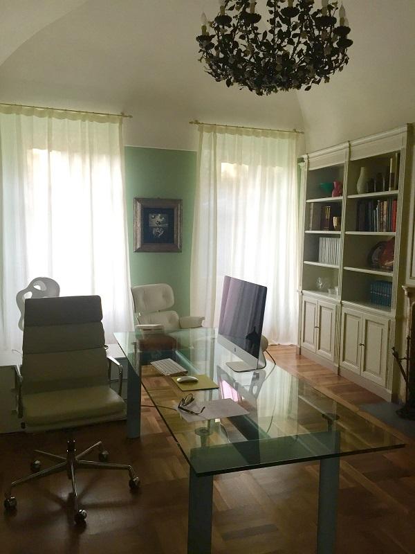 Tessuti torchio casa torchio tende e divano con cuscini for Tessuti per arredamento on line